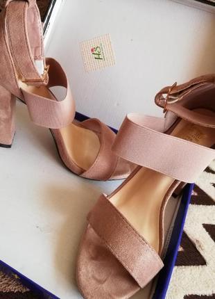 Босоножки на каблуке замшевые
