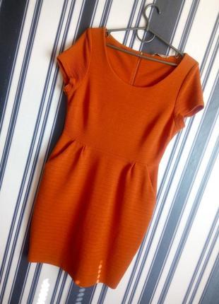 Фактурное платье футляр кирпичного цвета