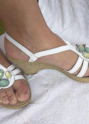 Белые кожаные босоножки кожа 40 размер с камушками