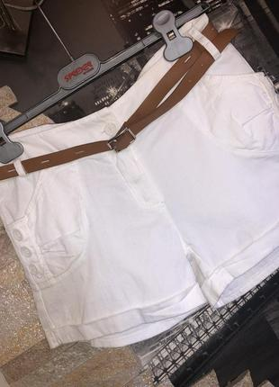 Красивые легкие белые женские шорты