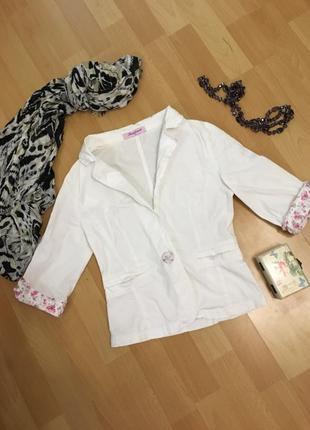 Белый летний пиджак с розовыми манжетами