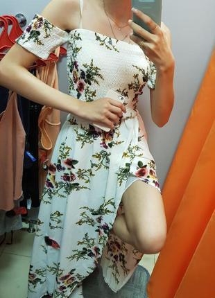 Длинное платье с открытыми плечами, длинным разрезом