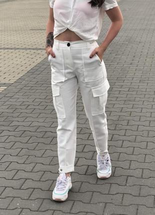 Белые брюки с накладными карманами bershka