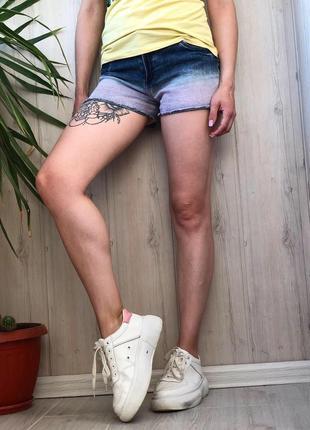 Синие с розовым джинсовые шорты омбре