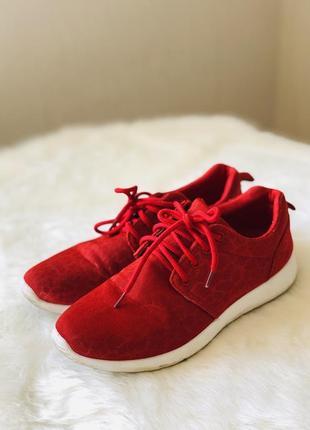 Красные яркие кроссовки