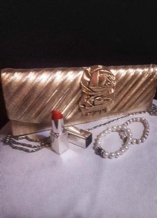 Золотой атласный клатч на цепочке с цветком damara.