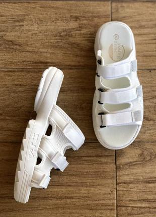 Белые шлепанцы/шлепки/фото на ножке/наложка