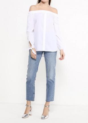 Стильная белая блузка с открытыми плечами