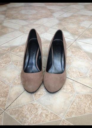 Бежевые туфли на высоком толстом удобном каблуке