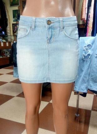 Голубая светлая джинсовая мини юбка colins