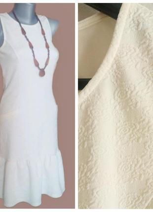 Фактурное платье с оборкой баской