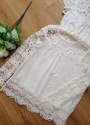 Белая блуза с кружевными рукавами