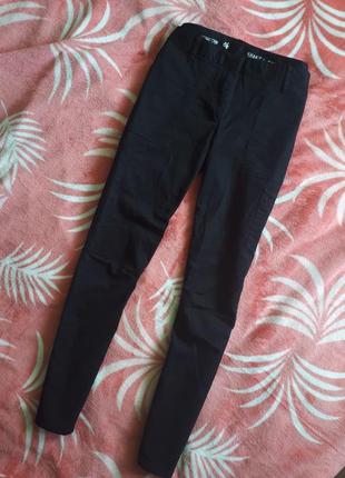Укорочені чорні брюки