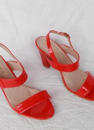 Красные босоножки 38 размера на устойчивом каблуке