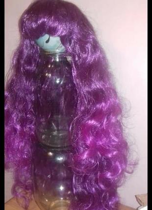 Парик . цвет фиолетовый  малиновый.  омбре дл 68 см