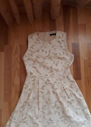 Платье с кожаными вставками молочного цвета