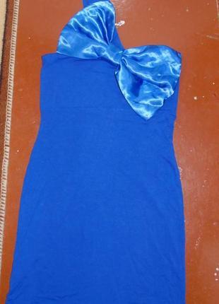 Синее платье на одно плечо с атласным бантом