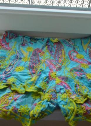 Красивые красочные шортики из вискозы с вышивкой