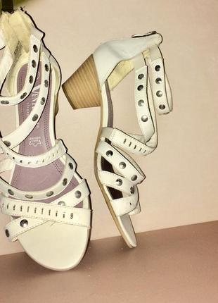 Белые босоножки гладиаторы на низком каблуке
