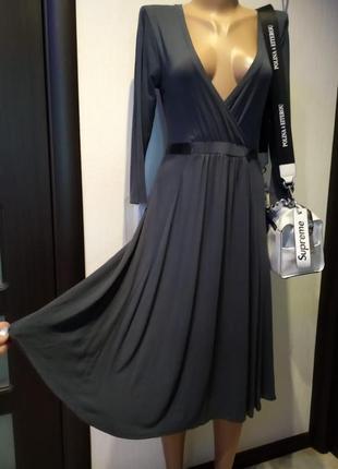 Стильное базовое серое трикотажное платье миди на запах