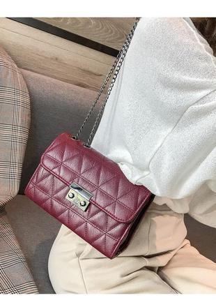 Бордовая, стеганая сумка кросс-боди на цепочке.