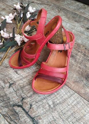 Босоножки в красных тонах от art из натуральной кожи на средний каблук