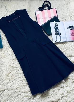 Эффектное платье с глубоким вырезом