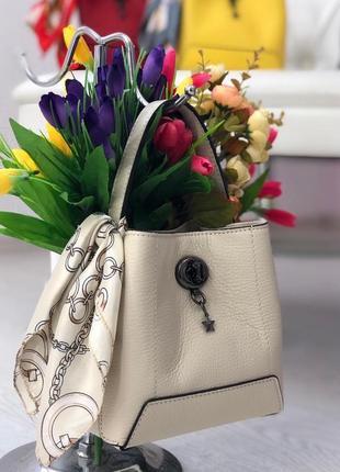 Невероятно красивая сумочка из натуральной кожи, украшена платком
