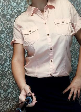 Персиковая рубашка с коротким рукавом на 16-18/52-54 размер.