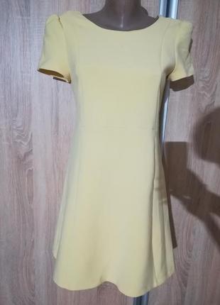 Жовта сукня.