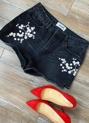 Крутые джинсовые шорты с вышивкой , трендовая черно серый деним