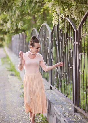Трендовая миди юбка гафре персикового цвета