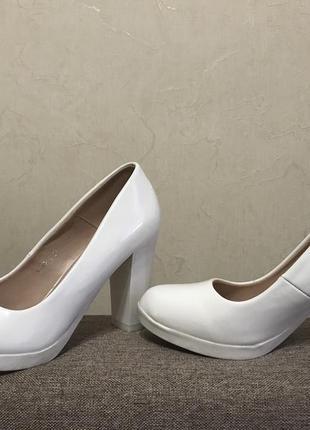 Белые лаковые свадебные туфли