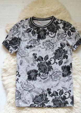 Стильная футболка с бархатными цветами