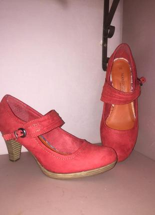 Летние красные туфли.