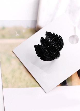 Стильное черное кольцо с камнями