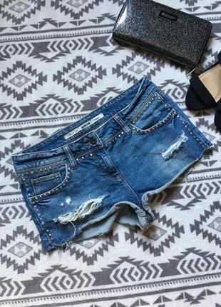 Стильные рваные шорты