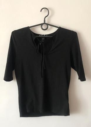 Стильная базовая чёрная кофта monki с завязками на груди. р-р s