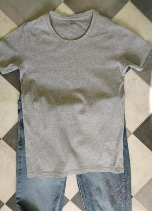 Серая базовая футболка от uniqlo