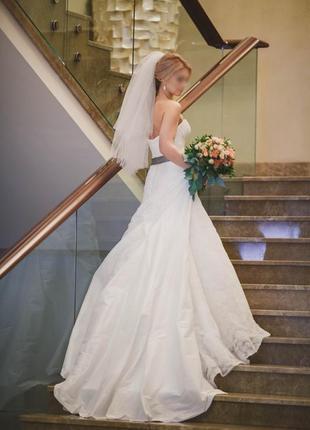 Свадебное платье айвори со шлейфом от дизайнера от benjamin roberts