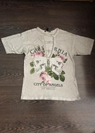 Серая футболка с разрезами на груди и черепами2 фото