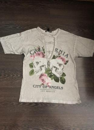 Серая футболка с разрезами на груди и черепами3 фото