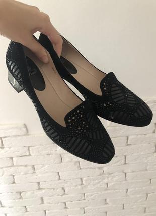 Очень красивые чёрные замшевые туфли