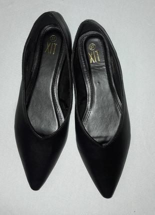 Стильные черные балетки с глубоким носочком