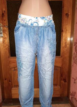 Летние джинсы, декорированы стразами