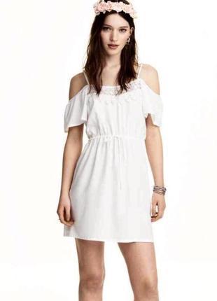 Красивеное платье с открытыми плечами и воланами на рукавах h&m