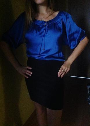 Якрая атласная блуза с коротким рукавом