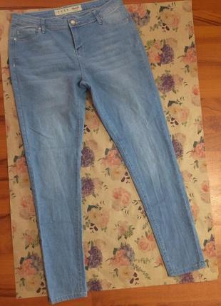 Стильные джинсы в голубом цвете