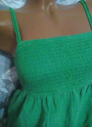 Зеленая маечка на бретельках.