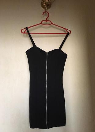 Черное платье мини на бретельках с молнией впереди